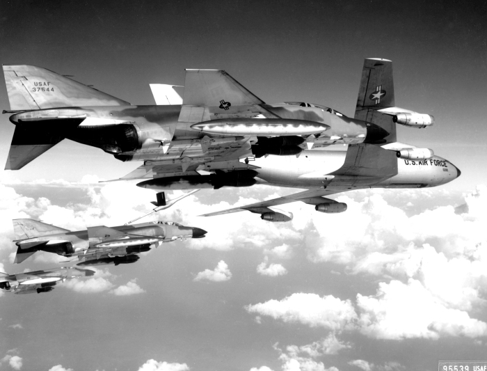 U.S._Air_Force_McDonnell_F-4C_Phantom_II_fighters_refuel