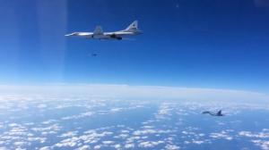 SU-30SM_escortant_un_Tu-160_qui_lance_un_missile_de_croisière