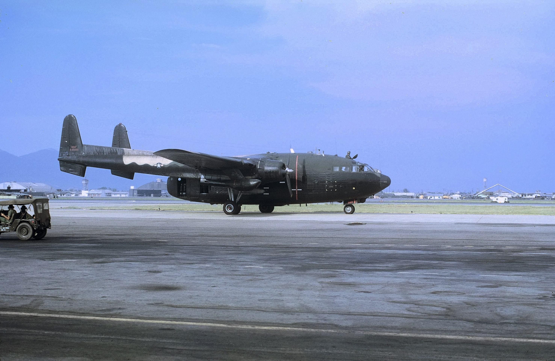 AC-119K_(52-5889)_USAF_Taxiing_Da_Nang_AB,_South_Vietnam_1972fix.jpg