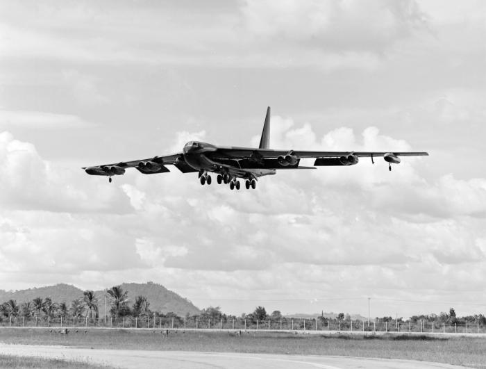 B-52D_approaching_U-Tapao_1972