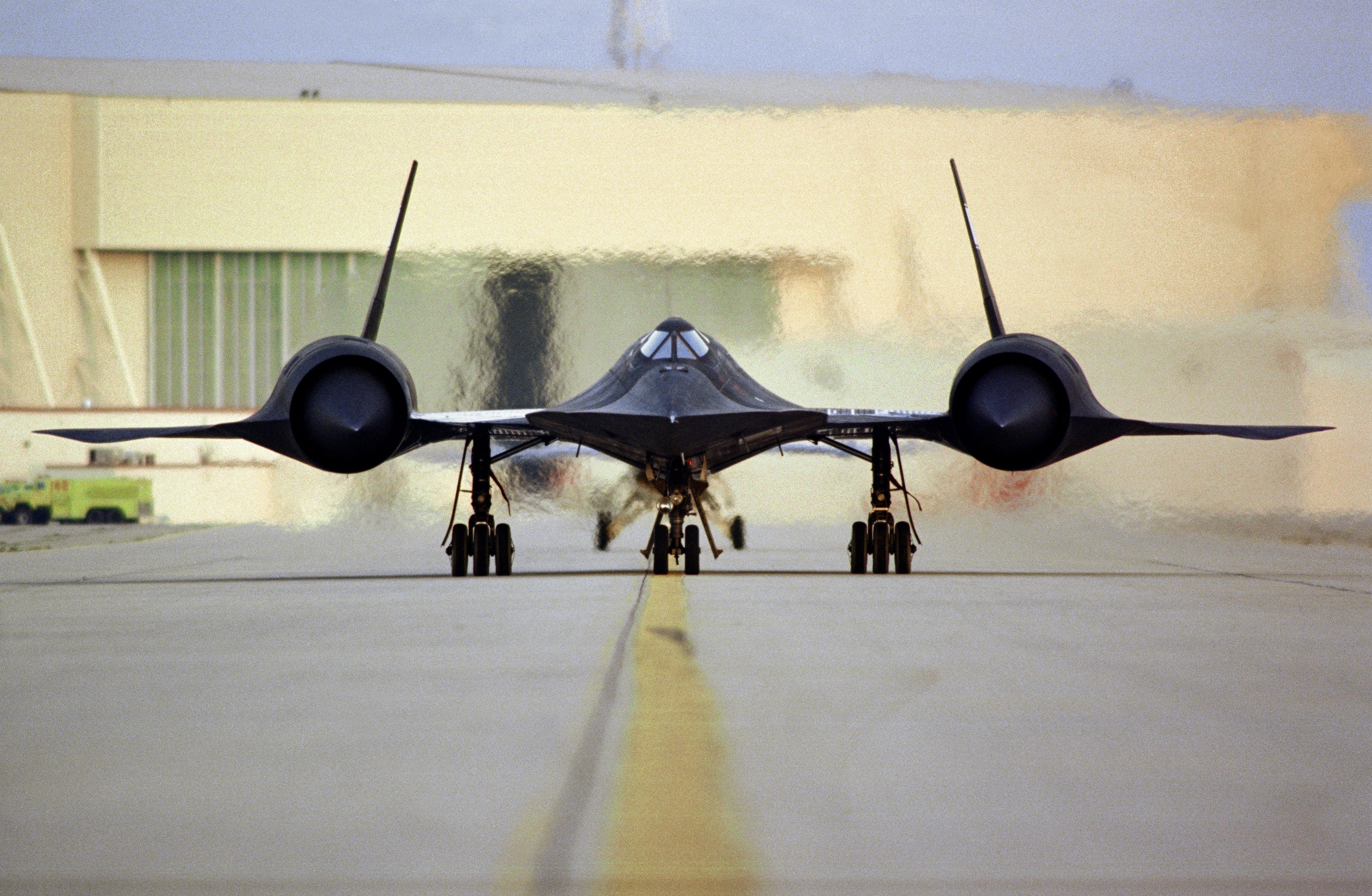 SR-71_taxi_on_ramp_with_engines_powered_up