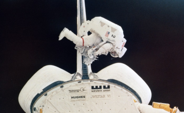 #BookReview – Wonders All Around: The Incredible True Story of Astronaut Bruce McCandless II and the First Untethered Flight inSpace